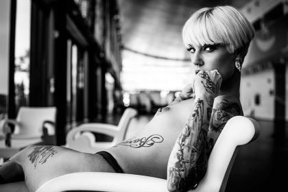 Una mujer se sienta desnuda sobre una butaca en el Salón Erótico de Barcelona