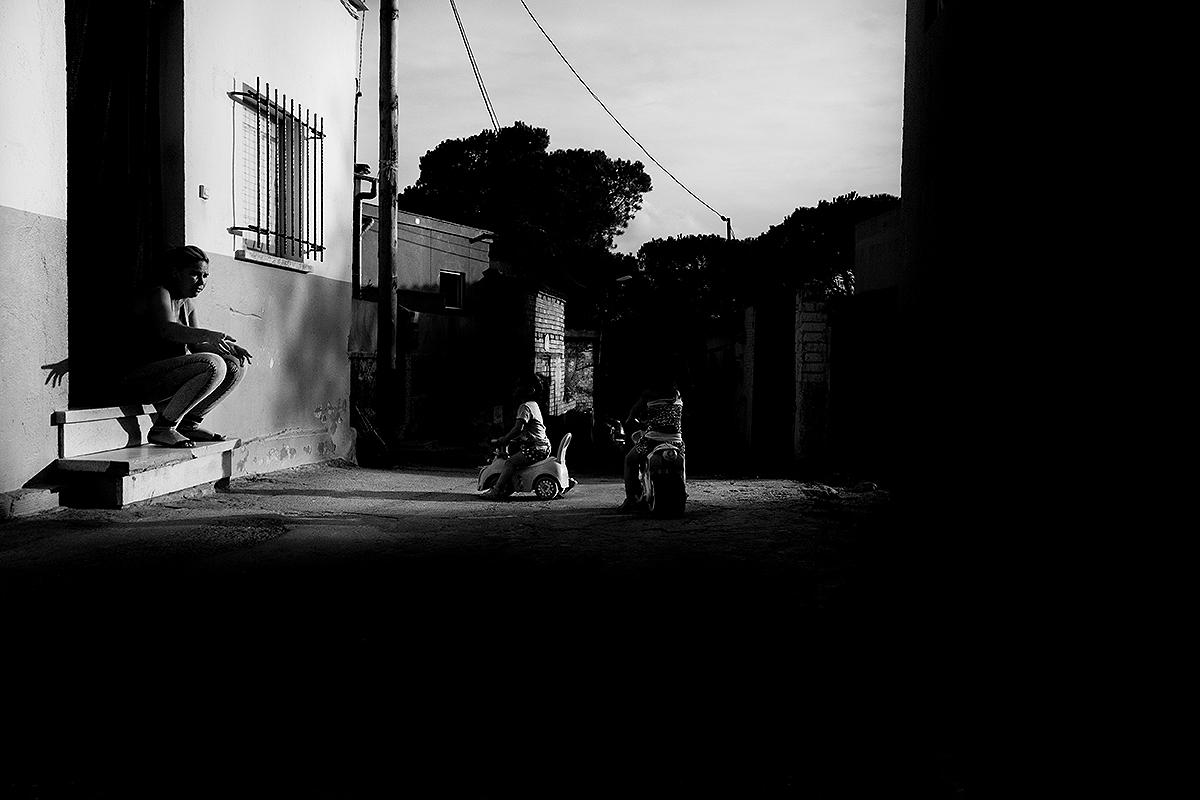 Nens jugant en un carrer a Girona, Les Pedreres.