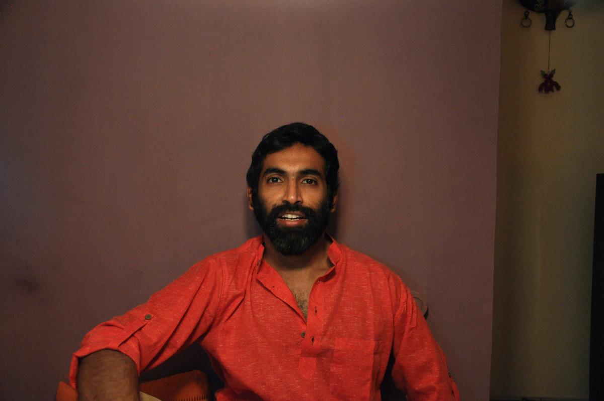 Adam Silveira, a la seva casa a la India.