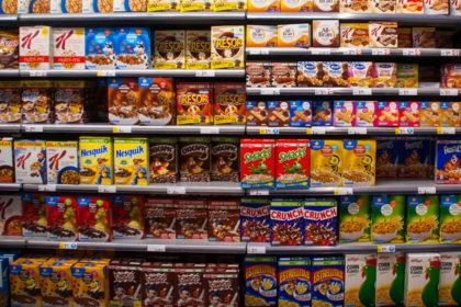 Els prestatges d'un supermercat, mostra de l'hiperconsum